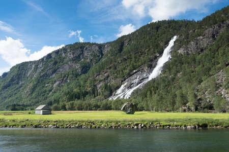 夏には、ノルウェーの滝と木造住宅