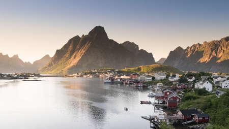 夏、北ノルウェーのロフォーテン諸島の赤い釣り小屋。 写真素材