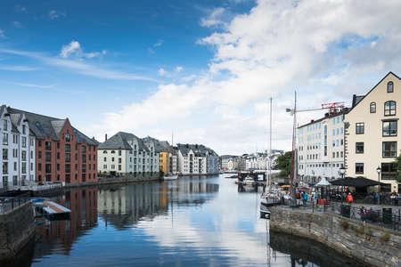 遊歩道およびマリーナの夏、ノルウェーのオーレスン市の中心部に