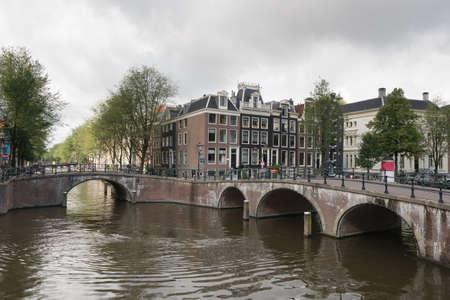 カイザース運河と橋、オランダのアムステルダムの運河で有名な観光地の景色 写真素材