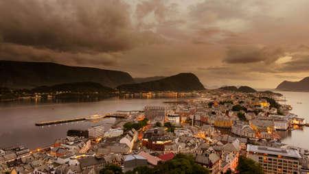 夏の夕暮しのアレスンドの街並み画像、ノルウェー 写真素材