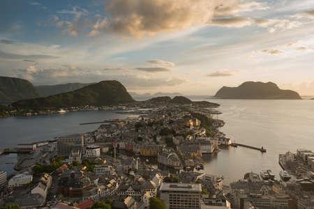 夏の夕暮れ時のオースレンの街並み像、ノルウェー 写真素材