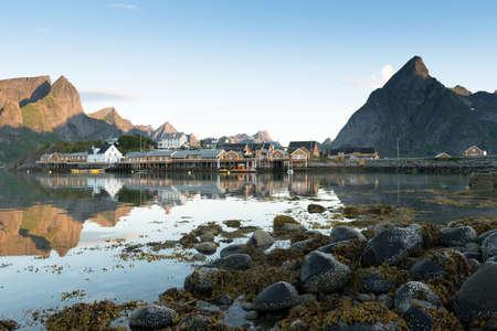 夏、ノルウェー北部のロフォーテン諸島での釣り小屋を黄色します。