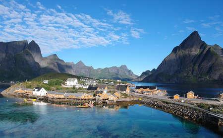 夏、北ノルウェーのロフォーテン諸島の黄色い釣り小屋の空中眺め 写真素材