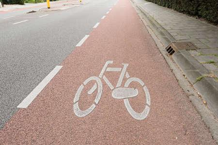 看板自転車ライダー オランダはアムステルダムの通りの車線を共有