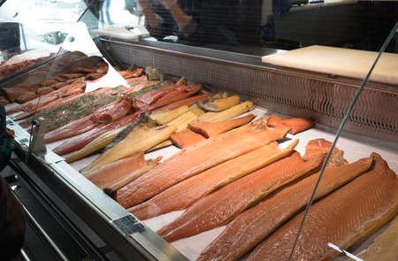 夏には、ノルウェーのベルゲンで有名な魚市場で棚にシーフード 写真素材