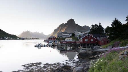 夏、ノルウェー北部のロフォーテン諸島での赤釣り小屋。 写真素材