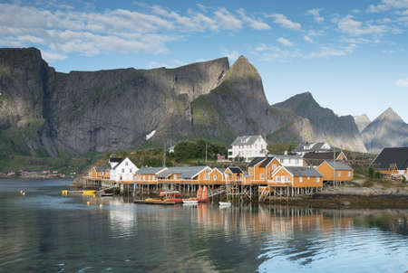 夏、ノルウェー北部のロフォーテン諸島での黄色の釣り小屋 写真素材