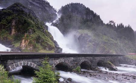 夏には、ノルウェーのオッダの Laatefossen 滝