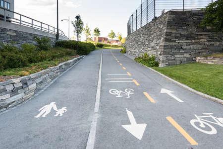 サイン歩行者と自転車のライダー ノルウェー、トロンハイムの通りの車線を共有 写真素材