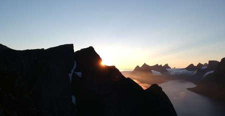 レーヌ、ロフォーテン諸島、ノルウェーにトップの山で曇り夕焼けの空撮
