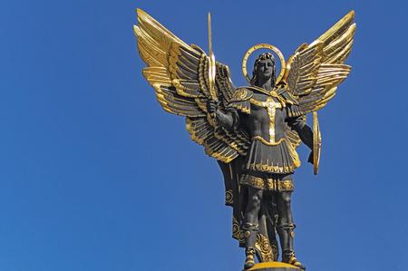 Posąg archanioła michała ukrainy kijów. Zdjęcie Seryjne