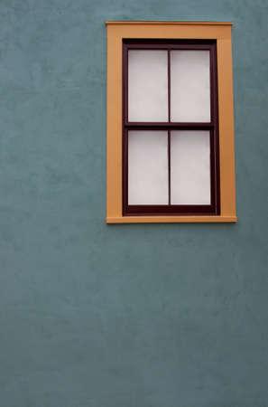 adobe wall: Muro di mattoni e colorata finestra