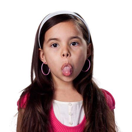 Jeune fille étant stuborn et collage de sa langue maternelle
