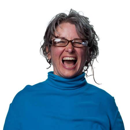 laughing out loud: Mujer riendo a carcajadas en reacci�n a un chiste gracioso