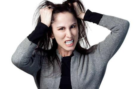 좌절, 고립 된 이미지에서 그녀의 머리카락을 꺼내하는 여자