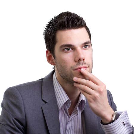 hombre pensando: Hombre joven que mira en la distancia y pensar mucho sobre un problema