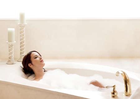 baÑo: Mujer joven y atractiva relajante en un baño de burbujas