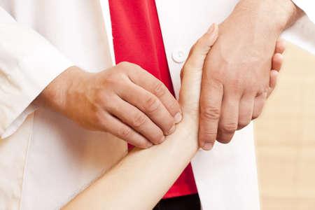 中国の医師は、患者さんの脈拍をチェック