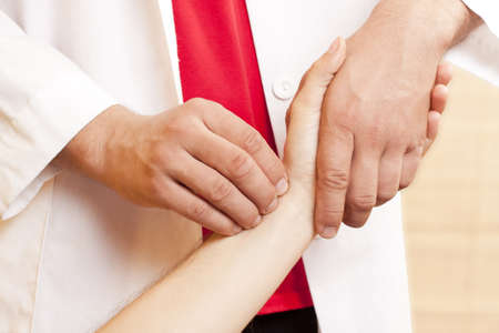 """tętno: ChiÅ""""ski lekarz sprawdzanie tÄ™tna pacjentów"""