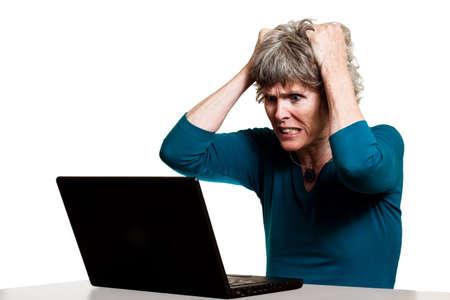 좌절 컴퓨터 사용자가 그녀의 머리를 찢어