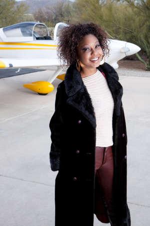 donna ricca: In attesa sulla pista per un volo