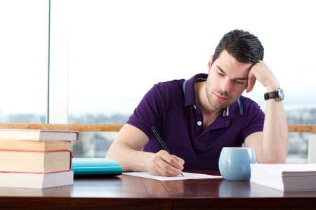 persona escribiendo: El hombre joven y atractiva, escribe una carta a mano