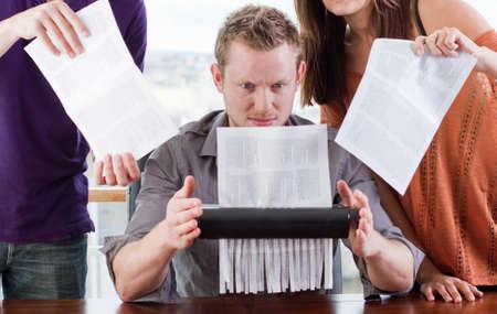 deceptive: groep zich schuldig werknemers franticly documenten vernietigt Stockfoto
