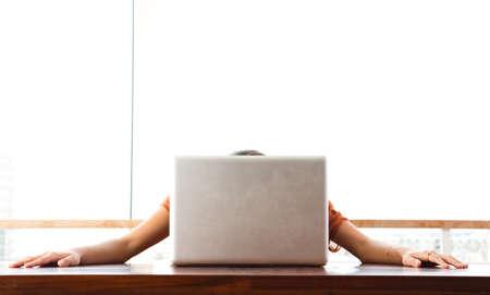 젊은 좌절 된 여자는 그녀의 컴퓨터에 그녀의 머리를 달려