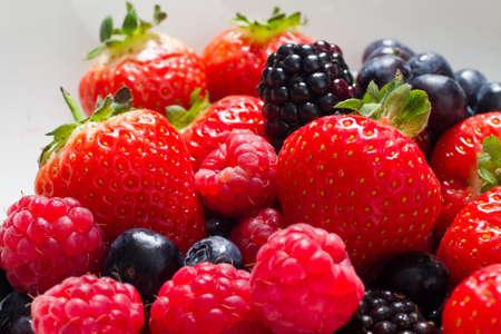 frutillas: La fruta fresca cerca de las fresas y las frambuesas