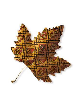 colores calidos: Una hoja un poco con textura de la alfombra y los colores calientes del otoño Foto de archivo
