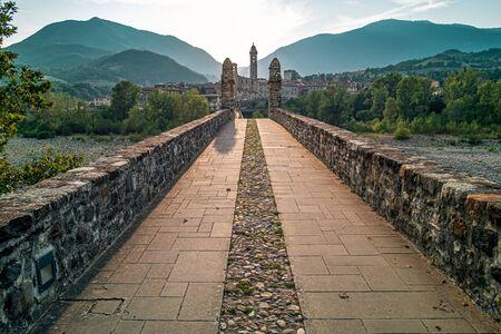 Theold medieval bridge of the famous italian borough of Bobbio, Piacenza province, Emilia Romagna, Italy. 版權商用圖片