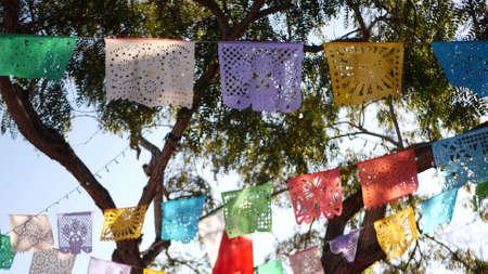 彩色墨西哥穿孔纸picado横幅,节日彩色纸花环。多色西班牙民间雕刻薄纸旗,节日或狂欢节。拉丁美洲正宗的节日装饰。