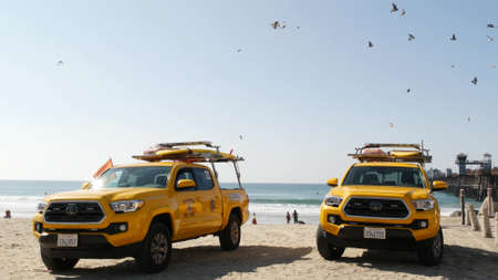 Oceanside, California USA - 8 Feb 2020: Yellow lifeguard car, beach near Los Angeles. Coastline rescue, life guard Toyota pick up truck, lifesavers vehicle. Iconic auto on ocean coast. Public safety. Standard-Bild - 159003936