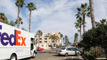 Oceanside, California USA - 27 Jan 2020: Palm trees on typical american street, pacific coast tropical resort. Auto transport on road, generic city view. FedEx delivery service truck, post car or van. Standard-Bild - 161603745