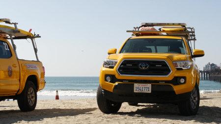 Oceanside, California USA - 8 Feb 2020: Yellow lifeguard car, beach near Los Angeles. Coastline rescue, life guard Toyota pick up truck, lifesavers vehicle. Iconic auto on ocean coast. Public safety. Standard-Bild - 161603755