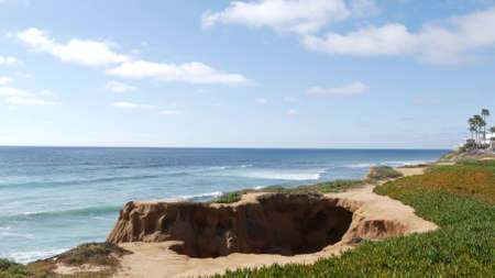 Seascape vista point, viewpoint in Carlsbad, California coast USA. Frome above panoramic ocean tide, blue sea waves, steep eroded cliff. Coastline shoreline overlook. Green ice plant succulent lawn. Standard-Bild