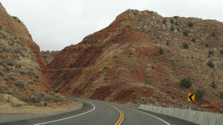 Road trip to Grand Canyon, Arizona USA, driving auto from Utah. Route 89. Hitchhiking traveling in America, local journey, wild west calm atmosphere of indian lands. Highway view thru car windshield. Standard-Bild