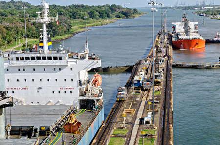 Les navires de passage dans le canal de Panama Banque d'images - 38599073