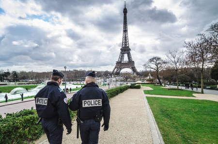 Parijs, Frankrijk - 18 maart 2012: Patrouilles van twee politieagenten in de Trocadero tuinen en de Eiffeltoren. Redactioneel