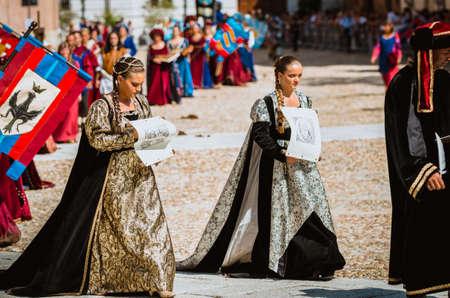 edad media: Asti, Italia - 16 septiembre 2012: Procesi�n de artistas callejeros en trajes medievales desfilando en el Palio de Asti. Un par de manera noble en la Edad Media