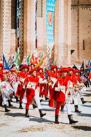 vestidos de epoca: Asti, Italia - 16 septiembre 2012 :: el hist�rico medieval Palio de Asti en Piedmont, Italia. portadores del trompetista y bandera en trajes medievales en hist�rico Palio Asti. desfile hist�rico medieval con moras de 2.000 personas con trajes de �poca, Paradin