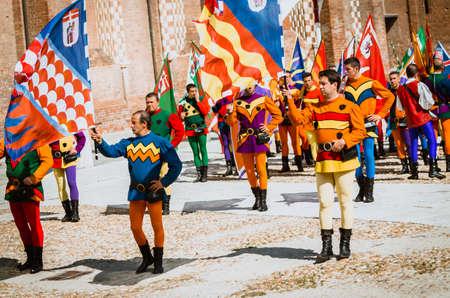 vestidos de epoca: Asti, Italia - 16 septiembre 2012 :: el histórico medieval Palio de Asti en Piedmont, Italia. portadores de la bandera en traje histórico medieval de Palio de Asti. desfile histórico medieval con más de 2.000 personas con trajes de época, desfilando en la ciudad antes de la Editorial
