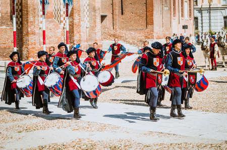 vestidos de epoca: Asti, Italia - 16 septiembre 2012: el desfile medieval histórica del Palio de Asti, en el Piamonte, Italia. El batería en el desfile medieval