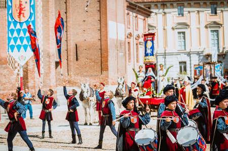 vestidos de epoca: Asti, Italia - 16 septiembre 2012: Asti, Italia - 16 septiembre 2012: el desfile medieval histórica del Palio de Asti, en el Piamonte, Italia. El batería en el desfile medieval y abanderados de los distritos