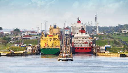パナマのパナマ運河、ミラフロレスに入る貨物船ロックします。 写真素材