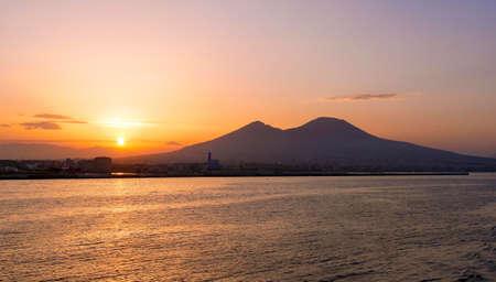alba nel Golfo di Napoli con il Vesuvio sullo sfondo