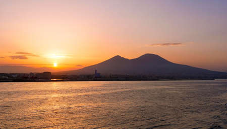sunrise in the Gulf of Naples with Vesuvius in the background 版權商用圖片