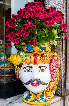 wazon na kwiaty w kształcie głowy Maurów, typowa ceramika, którą można znaleźć w sklepie w Palermo na Sycylii