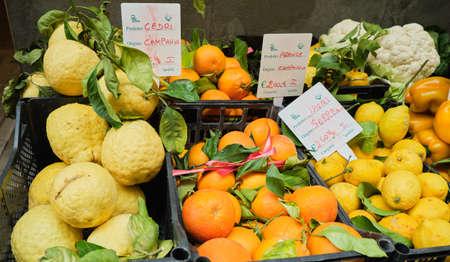 Oranges, Lemons, fruits and Vegetable at Street Markt Banque d'images